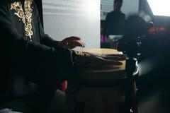 Mężczyzna ręki bawić się muzykę przy djembe bębenami Fotografia Stock