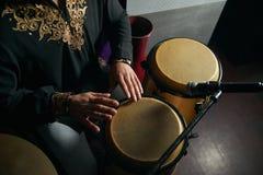 Mężczyzna ręki bawić się muzykę przy djembe bębenami Fotografia Royalty Free