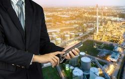 mężczyzna ręki chwyt na i dotyka ekranu mądrze telefon z zamazanym abstr Fotografia Stock