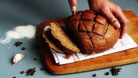 Mężczyzna ręki cią z nożowym kawałkiem żyto chleb zbiory wideo