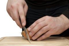 Mężczyzna ręki ciąca cebula Zdjęcia Stock