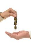 Mężczyzna ręki daje kluczom kobieta Zdjęcia Stock