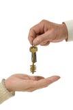 Mężczyzna ręki daje kluczom kobieta Obrazy Stock