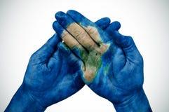 Mężczyzna ręki deseniować z mapą Afryka meblowali NASA Zdjęcia Royalty Free