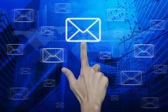 Mężczyzna ręki dosunięcia emaila ikona nad mapą i miasto górujemy, elementy Obraz Stock