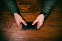 Mężczyzna ręki dotyk na ekranie telefon komórkowy na drewnianym stole symbolicznych grup biznesowych sytuacj ludzie Zdjęcie Royalty Free
