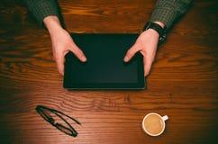 Mężczyzna ręki dotyk na ekranie telefon komórkowy na drewnianym stole symbolicznych grup biznesowych sytuacj ludzie Obrazy Stock