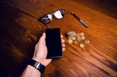 Mężczyzna ręki dotyk na ekranie telefon komórkowy na drewnianym stole symbolicznych grup biznesowych sytuacj ludzie Zdjęcia Royalty Free