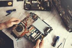 Mężczyzna ręki komputeru procesor obrazy royalty free