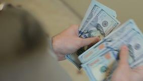 Mężczyzna ręki liczy pieniędzy dolarowych rachunki Płacący pieniądze lub liczący Zamyka up dolarowi banknoty Doskonalić dla wcale zbiory wideo
