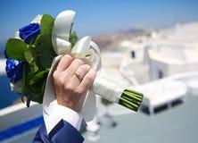 Mężczyzna ręki mienia ślubny bukiet Obrazy Royalty Free