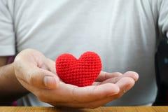 Mężczyzna ręki mienia czerwieni serce Zdjęcie Royalty Free
