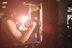 Mężczyzna ręki mienia dumbbell ćwiczenie w gym Sprawności fizycznej mięśniowy ciało obraz royalty free