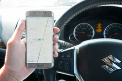 Mężczyzna ręki mienia ekranu strzał pokazuje na Samsung galaxy s6 krawędzi Google mapa Zdjęcia Royalty Free