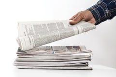 Mężczyzna ręki mienia gazeta na stole obraz royalty free
