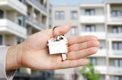 Mężczyzna ręki mienia klucze z nowym domem Zdjęcia Stock