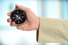 Mężczyzna ręki mienia kompas Zdjęcia Royalty Free