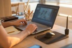 Mężczyzna ręki na notatniku, biznesowy osoby miejsce pracy Obrazy Stock
