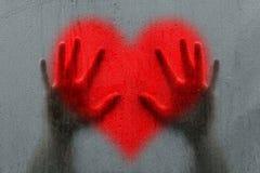 Mężczyzna ręki na rozmytym czerwonym kierowym symbolu Zdjęcie Royalty Free