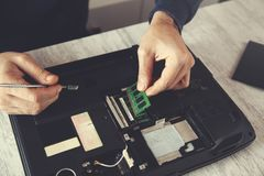 Mężczyzna ręki narzędzia z łamanym notatnikiem obraz stock