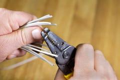 Mężczyzna ręki obdziera izolujących druty Obraz Stock