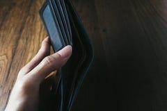 Mężczyzna ręki otwarty portfel Zdjęcia Royalty Free