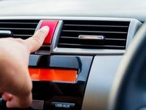 Mężczyzna ręki pchnięcia przeciwawaryjnego światła guzik w samochodzie Zdjęcie Stock