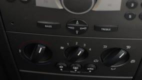 Mężczyzna ręki pchnięcia samochodowy klimat kontrola guzik Regulatoru gorące powietrze i zbiory wideo