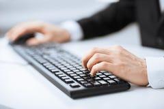 Mężczyzna ręki pisać na maszynie na klawiaturze Obraz Stock