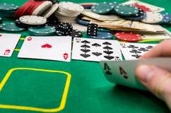 Mężczyzna ręki seansu karty kombinacja, grzebaków układów scalonych uprawiać hazard zdjęcie royalty free