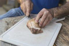 Mężczyzna ręki sieka surowej borowik pieczarki Zdjęcie Royalty Free