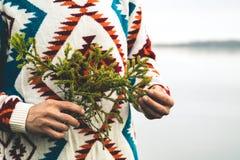 Mężczyzna ręki trzyma jedlinową gałąź modę Podróżują styl życia Zdjęcia Royalty Free