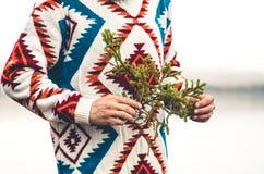 Mężczyzna ręki trzyma jedlinową gałąź modę Podróżują styl życia Fotografia Royalty Free