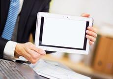 Mężczyzna ręki trzymają dotyka ekranu przyrząd zdjęcia stock