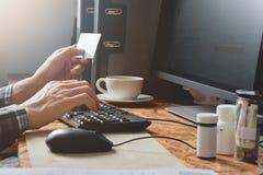 Mężczyzna ręki używać komputerowego komputer osobistego dla online zakupy i mienia kredytowej karty dla zapłata sklepu z detalist zdjęcia stock