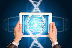 Mężczyzna ręki używać pastylka komputer osobistego Wizerunek DNA helix dalej Obrazy Royalty Free