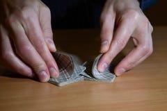 Mężczyzna ręki w ciemności człapie set karty do gry, biznesu strategiczny turniejowy pojęcie, zbliżenie obrazy stock