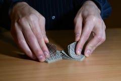 Mężczyzna ręki w ciemności są człapać ustawiam karty do gry, biznesu strategiczny turniejowy pojęcie, zbliżenie obraz royalty free