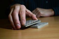 Mężczyzna ręki w ciemności stawiają część karty do gry, biznesu strategiczny turniejowy pojęcie, zbliżenie zdjęcie royalty free