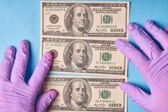 Mężczyzna ręki w rękawiczkach trzyma wyjawionych dolary zdjęcie royalty free