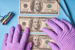 Mężczyzna ręki w rękawiczkach trzyma wyjawionych dolary obraz royalty free