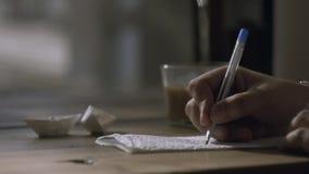 Mężczyzna ręki writing na pieluchy i mienia filiżance kawy w innej ręce zbiory wideo
