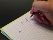 Mężczyzna ręki writing planu A tytuł na papierowym prześcieradle Fotografia Royalty Free