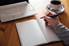 Mężczyzna ręki writing w planiście Obrazy Stock