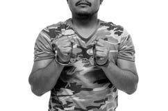 Mężczyzna ręki z kajdankami pokazuje zwycięstwo znaka fotografia stock