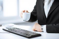 Mężczyzna ręki z klawiaturą pije kawę Obraz Royalty Free