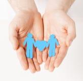 Mężczyzna ręki z papierowymi mężczyzna Fotografia Royalty Free