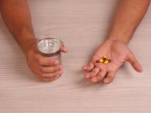 mężczyzna ręki z pigułkami Obraz Stock