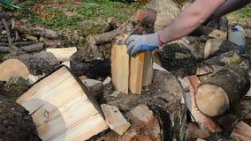 Mężczyzna ręki z rękawiczkami sieka drewno z cioską zbiory wideo