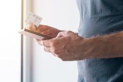Mężczyzna rejestruje nową GMS sim kartę na telefonie komórkowym Zdjęcia Royalty Free